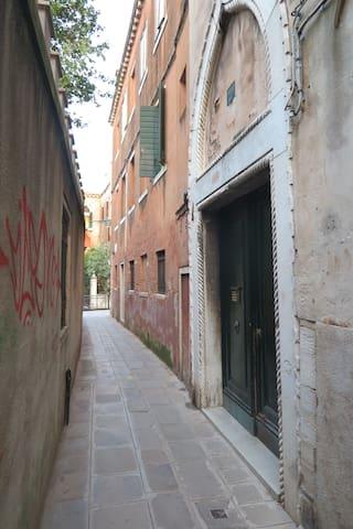 The main door of the building as you can see it from the street/ la porta principale del palazzo, vista dalla strada