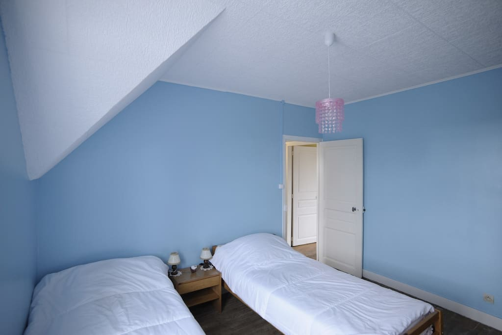 Chambre deux lits doubles à l'étage
