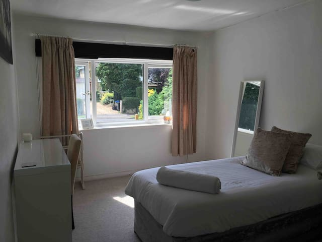 Spacious Double room in family home -Free WiFi B&B