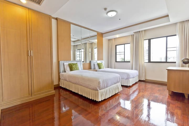 Private Apartment in Hippest Area 2 Bedroom 中文服务