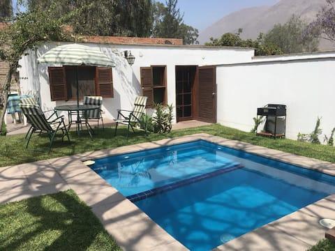 Hermoso bungalow con amplio jardín y piscina.