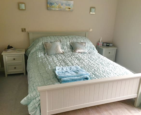 Cosy, modern ground floor king size ensuite room.