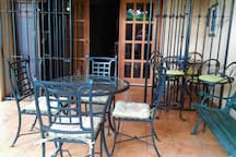 Terraza con dos mesas disponibles y una cómoda banca.