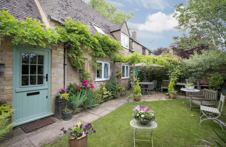 Welcome to Graziers Cottage in the beautiful Cotswold hamlet of Ford