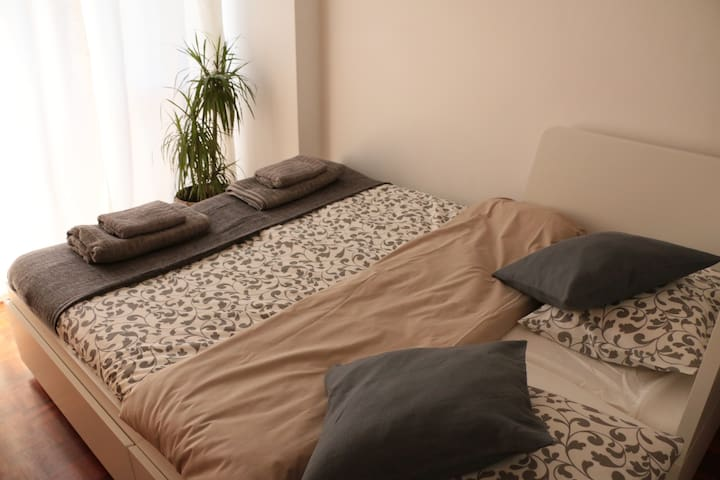 Room with Balcony - 15min from Airport by car