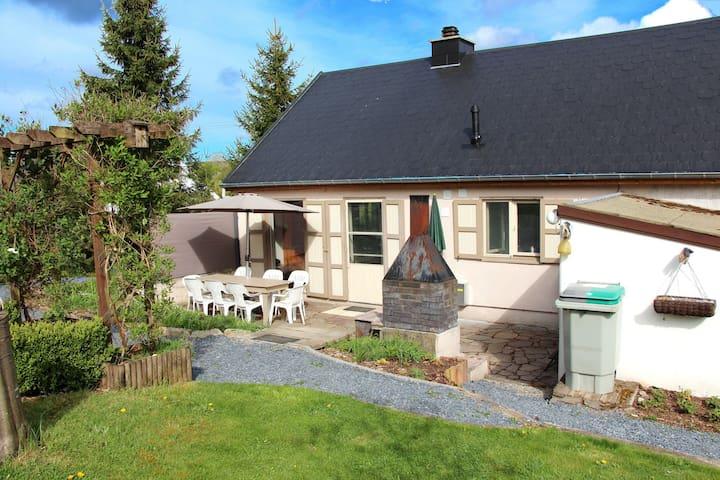 Belle maison rénovée offrant un grand jardin clôturé