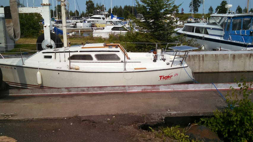 Adventure Lodging on Tiger Lily - 27 ft sailboat - Grand Marais - Boat