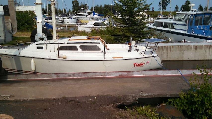 Adventure Lodging on Tiger Lily - 27 ft sailboat - Grand Marais - Łódź
