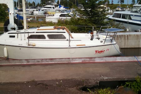 Adventure Lodging on Tiger Lily - 27 ft sailboat - Grand Marais - Hajó