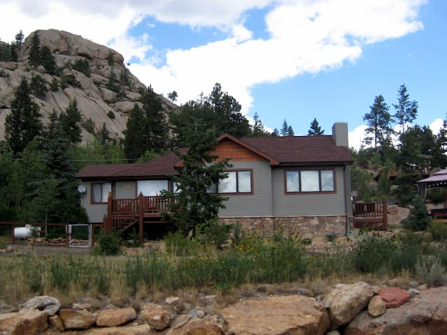Updated Cabin with Views, Rocks, and Hot Tub! - Estes Park - Cottage