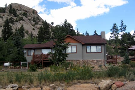 Updated Cabin with Views, Rocks, and Hot Tub! - Estes Park - Chalet
