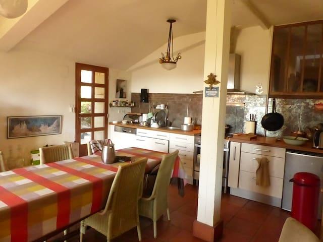 Grande chambre paisible dans maison de caractère - Montaut - บ้าน