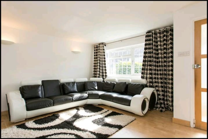 Private Double Bedroom Close to tube station - Dagenham - Hus