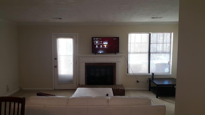 Townhome w/ queen beds & internet. Walk to Avalon.