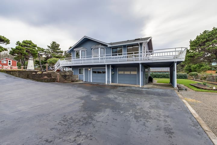 Newly renovated dog-friendly house w/ ocean views gas fireplaces and gas-grill!
