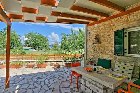 Korina's Cottage: Stone cottage close to the beach