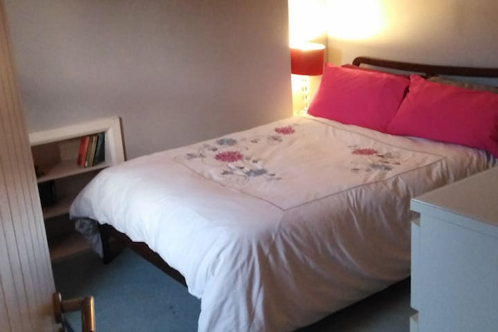 Ensuite double bedroom on Dublin Rail Link (DART)