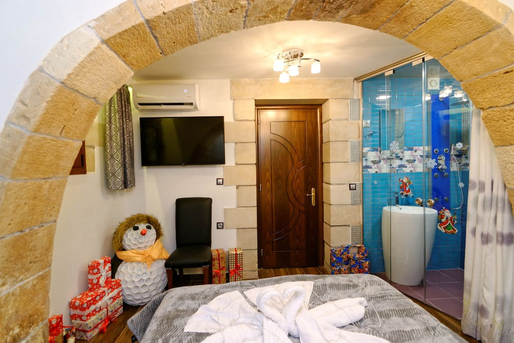 Room 1. Smart TV with Netflix, Bathroom full with hydromassage & Bed with the most of comfortable layer, Air-conditioning, Mini bar...