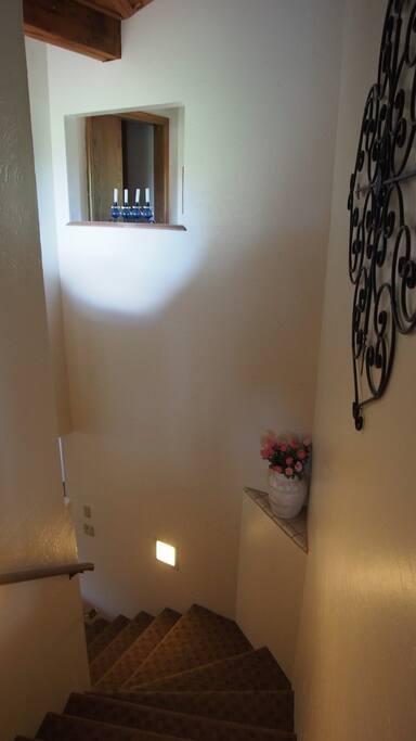 Stair to main living room and main balcony. 공용 리빙룸과 다이닝룸 으로 가는 계단