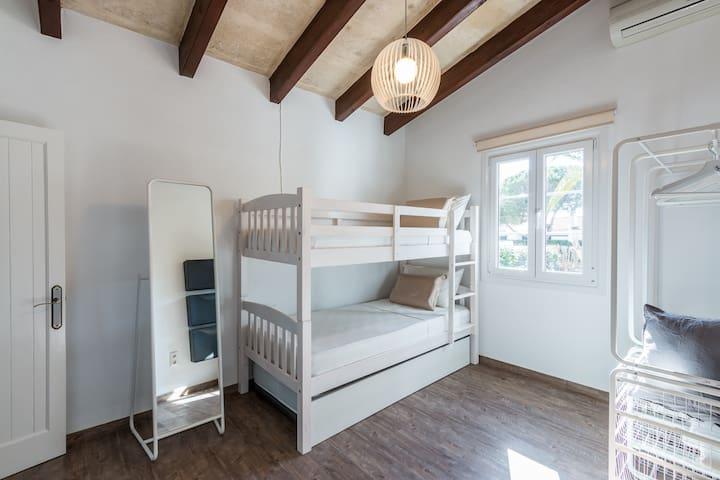 dormitorio numero 3 tres camas + baño