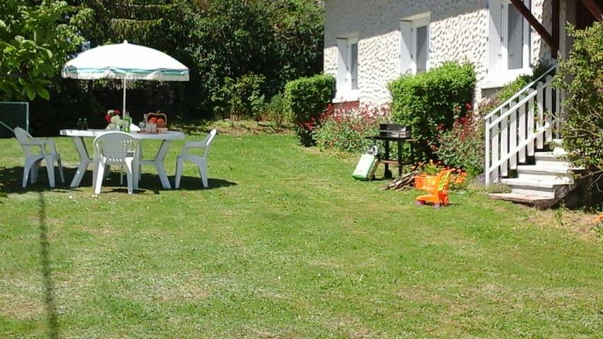 Table et chaises de jardin pour déjeuner au calme. Au soleil ou à l'ombre selon votre convenance.