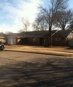 Spacious, brick home with large deck and hot tub - Bartlesville - Casa