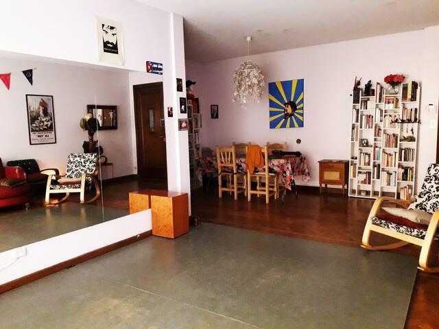 Pequeña habitación en un entorno artístico
