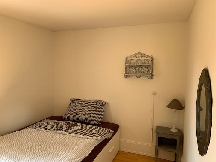 Simple room in apartment with Garden