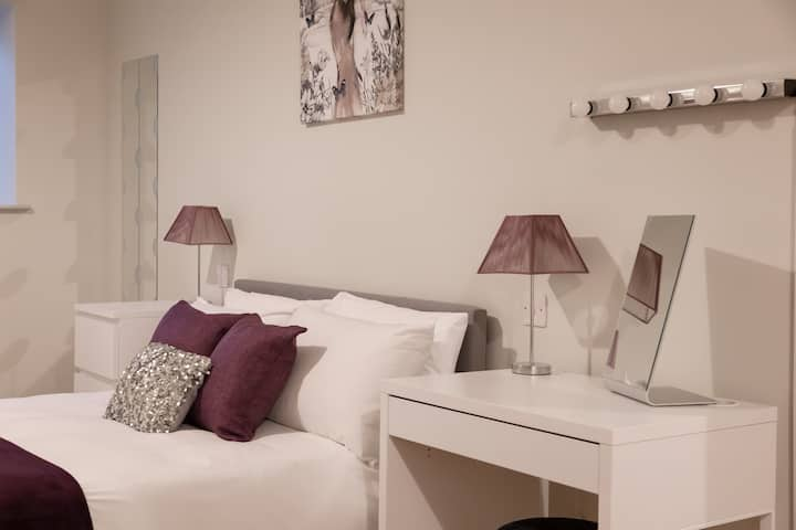 Apt 2, Isabella House, Aparthotel, By RentMyHouse