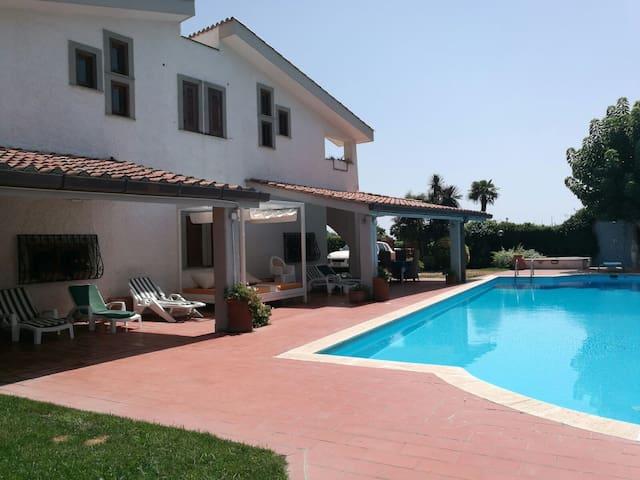 Villa c/Piscina 100mt dal mare Roma G