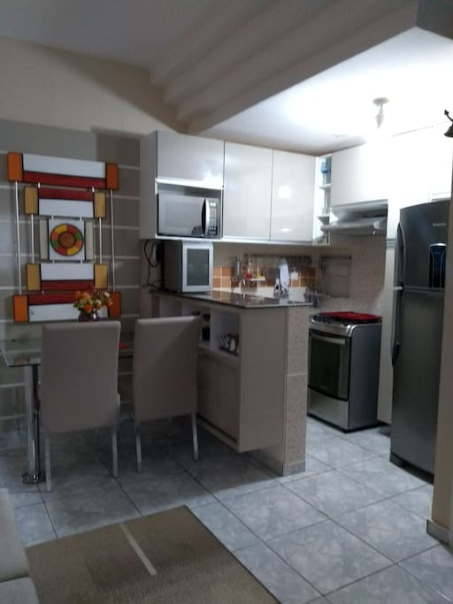 cozinha equipada geladeira, fogão, micro ondas.