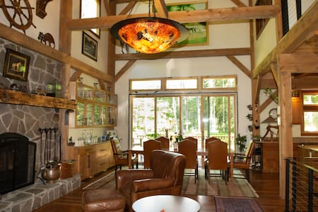 The Lodge - 5 minutes from Downtown Saratoga!