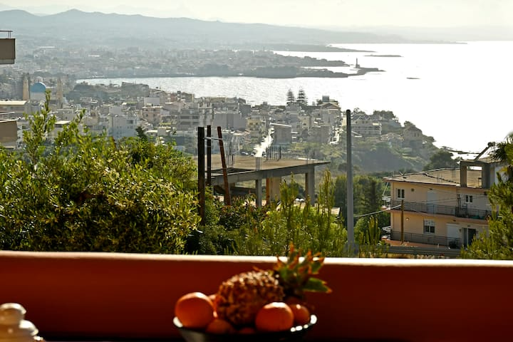 Cozy apt with amazing view over the city and sea!