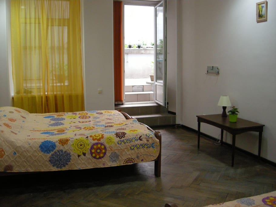 Номер с 4 отдельными кроватями и выходом во внутренний дворик.