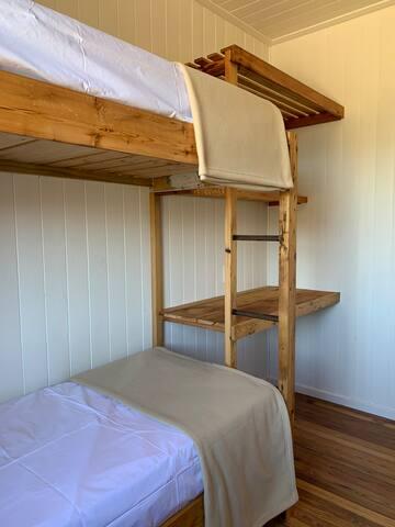 Una de las tres habitaciones con camas superpuestas