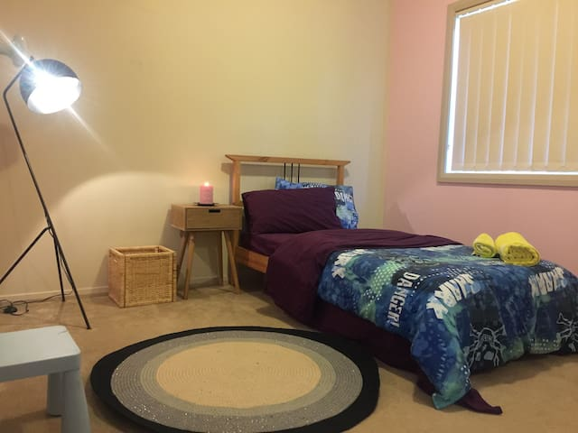 Shared accommodation for 2 females - Merrylands - Bed & Breakfast