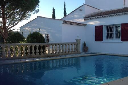 Villa avec piscine joliment arborée - Lédenon - 別荘