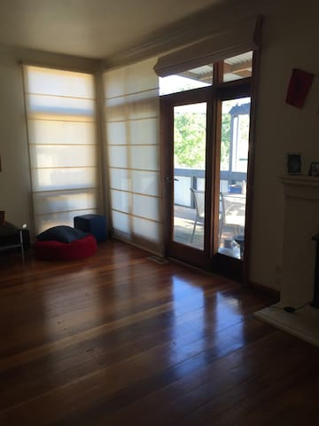 Light and airy...chilled out space - North Bendigo - Huis