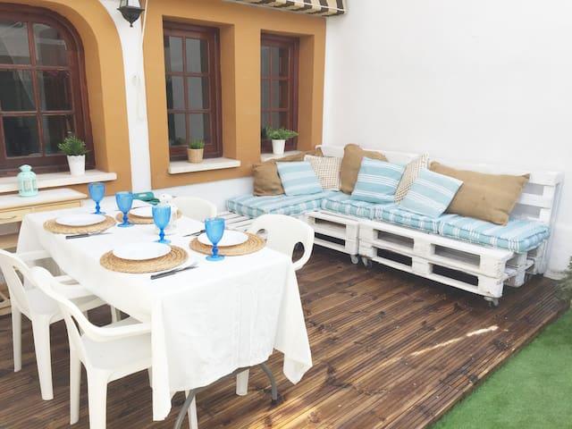 Casa playera con terraza y piscina comunitaria
