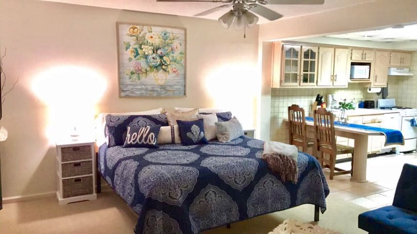 Be Our Guest- Charming Cottage Apartment- King Bed