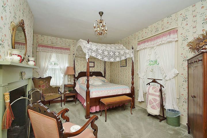 The Hollyhock Room | Stay 2 Nights 3rd Night FREE! - Mount Jackson - Bed & Breakfast