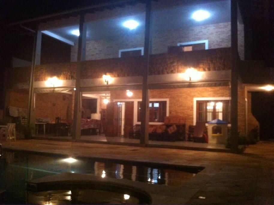 Imagine passar a noite na casa que parece que nunca escurece.Na piscina tem luz.