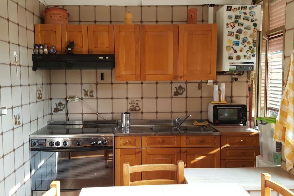 La cucina è accessoriata di tutto il necessario , stoviglie piatti posate bicchieri e strumenti, oltre che di biancheria da cucina. l' utilizzo della cucina è consentito previa pulizia della stessa prima della fine del soggiono