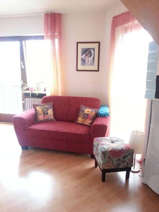 Wohnbereich - sehr hell, da umgeben von 4 Fenstern