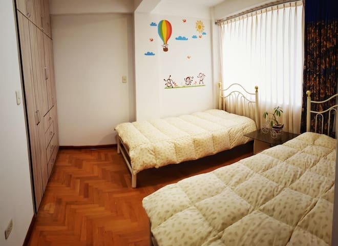 Habitación  con buena iluminación con 2 camas de 1 plaza. Ropero empotrado