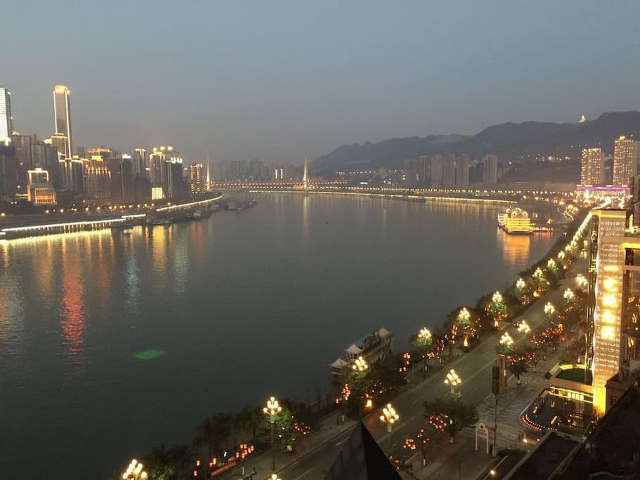 从客厅长阳台看到的正对面解放碑渝中半岛、壮观十里长江,南滨公园和南山美景