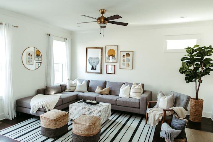 GORGEOUS NEW HOME W/ LARGE BACKYARD- 2 MI TO B'WAY