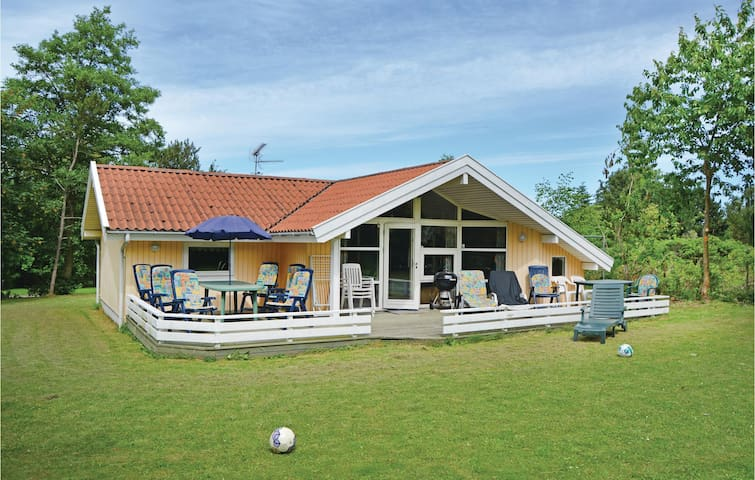 Holiday cottage with 3 bedrooms on 84 m² in Dronningmølle