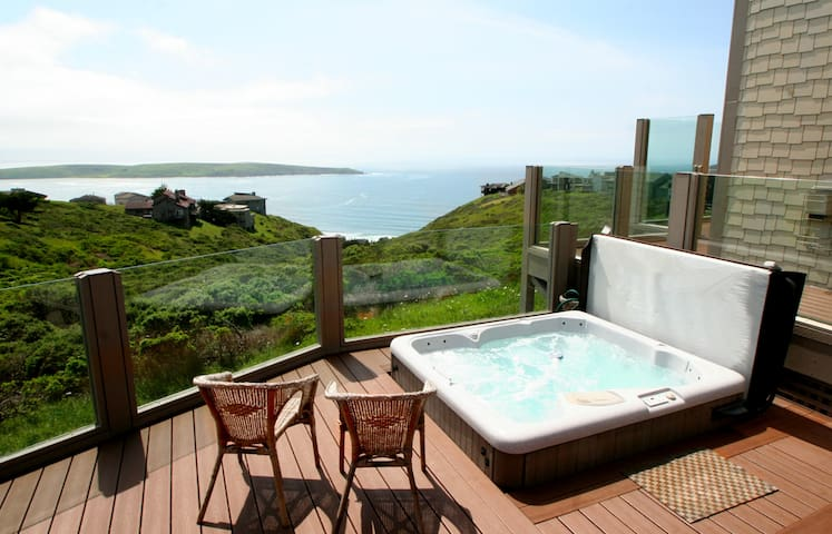 Beach Nest, Romantic! HotTub! STUNNING VIEWS!