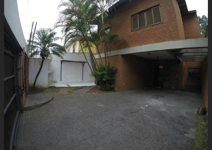 Quarto amplo e arejado, casa com piscina - Mensal